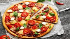 Bayat Ekmekle Evde Pizza Yapılışı Tarifi